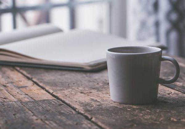 Livre avec un café
